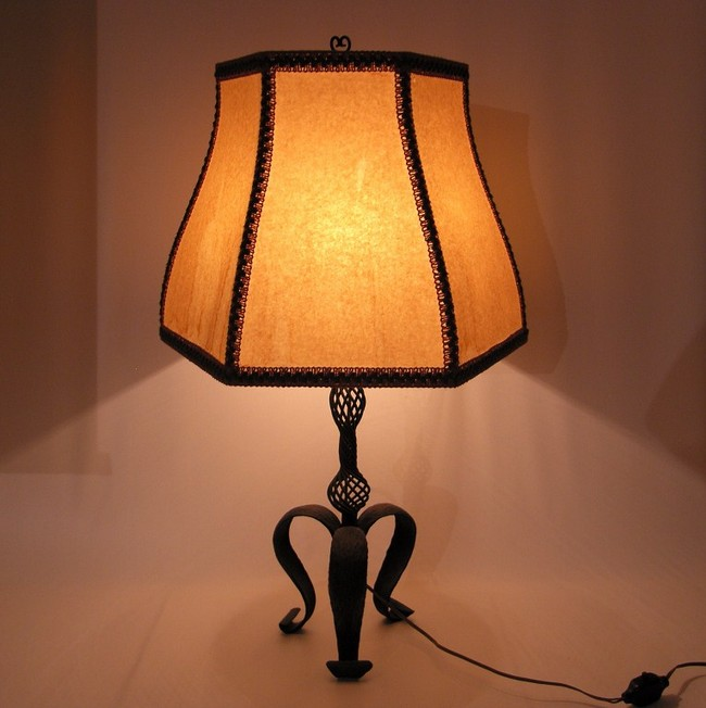 schmiedeeiserne art deco stehlampe tischlampe schirmlampe elektrisch sammlerparadies24. Black Bedroom Furniture Sets. Home Design Ideas